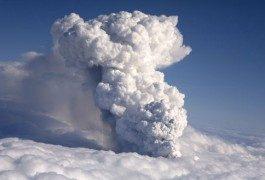 Una nube volcánica colapsa el tráfico aéreo de media Europa