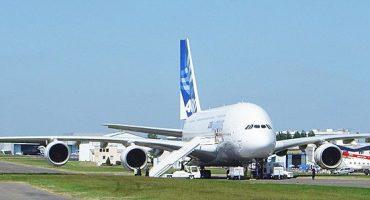 Un auxiliar de vuelo es arrestado tras saltar del avión