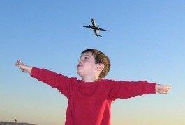 10 consejos para hacer más fácil viajar con niños en avión