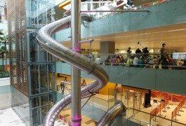 Un tobogán gigante en el aeropuerto de Singapur