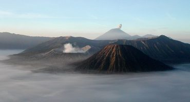 Última hora: cancelados vuelos por erupción de volcán en Bali (Indonesia)