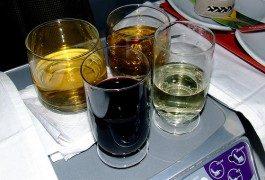Las aerolíneas que siguen ofreciendo bebidas (alcohólicas)