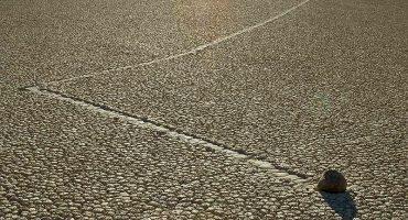 Las Piedras Viajeras de Racetrack Playa: el fenómeno de las rocas que se desplazan solas