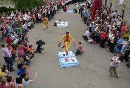 Castrillo de Murcia: donde el diablo va en zapatillas y salta sobre los bebés…