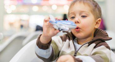 Trucos para volar con niños (y sobrevivir en el intento)
