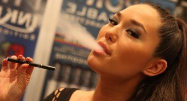 """Cigarrillo electrónico en aviones y aeropuertos: ¿está permitido """"vapear""""?"""