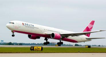 Avión rosa por el cáncer de mama