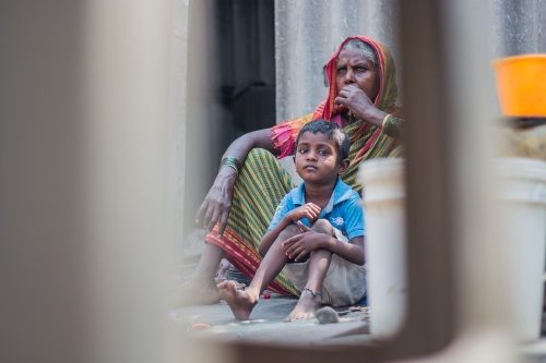 india-abuela-niño