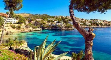 Iberia Express lanza descuentos de hasta el 40% para volar a Baleares, Islandia y Santorini