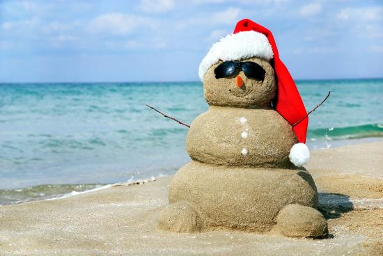 hombre de nieve en la playa