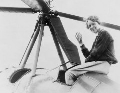 Fotografía de Amelia Earhart en su avión