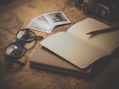 gafas-mesa-fotos-cuaderno-lápiz