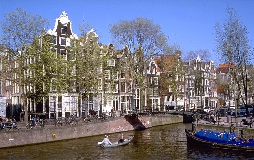 canal-puente-barca-amsterdam