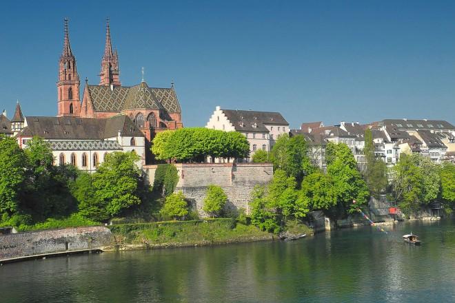 Vista de la Catedral de Basilea desde el río