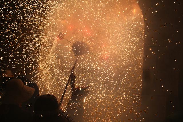 Pirotecnia durante la celebración de los Correfocs