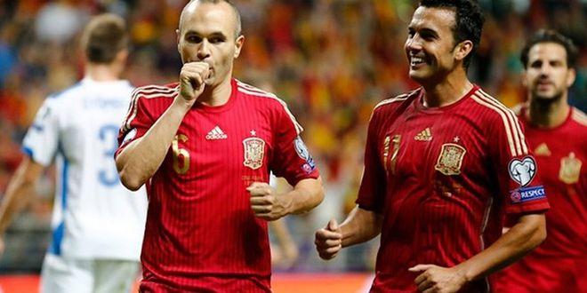 Iniesta y Pedrito en un momento de la Eurocopa 2012