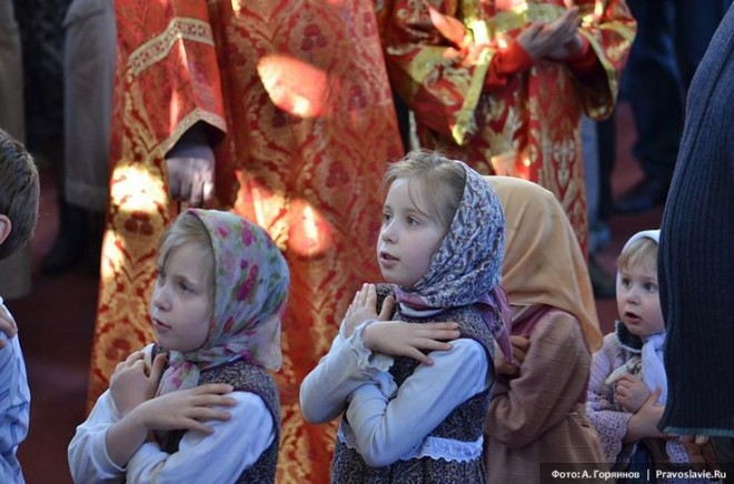 Niños en misa ortodoxa