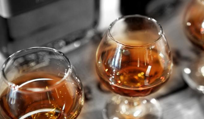 Dos copas de bourbon