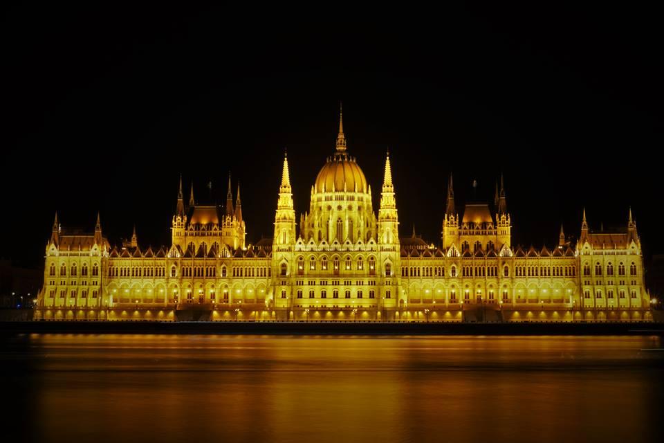 El Parlamento húngaro de noche