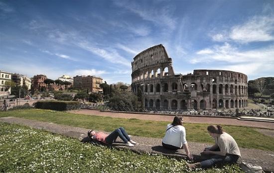 Coliseo-gente-descansando