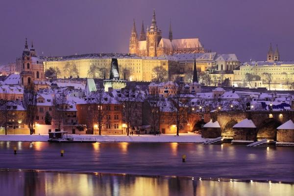 Castillo-Praga-noche-nieve