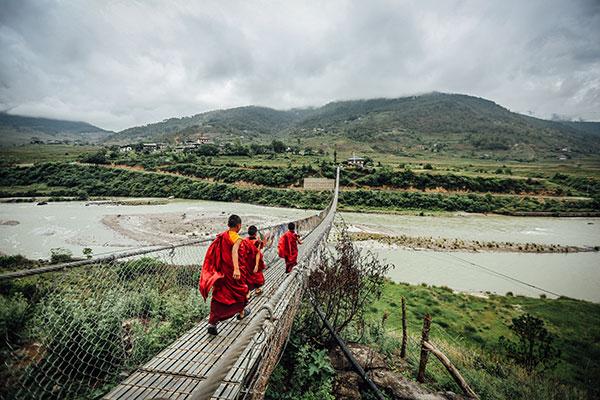 monjes-cruzando-puente-butan