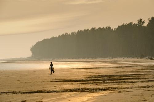 persona-playa-caminando