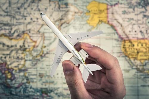 avion-mano-mapa