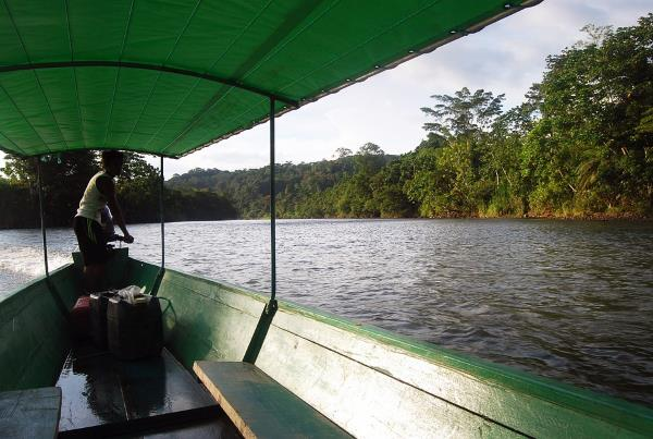 amazonas-barco-selva-ecuador