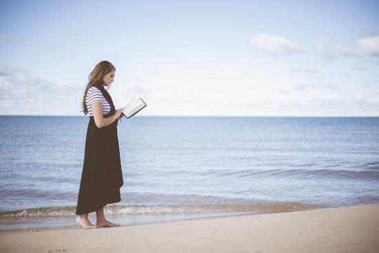 chica-libro-playa