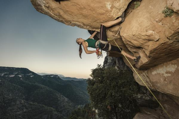 mujer-practicando-escalada-siurana-tarragona