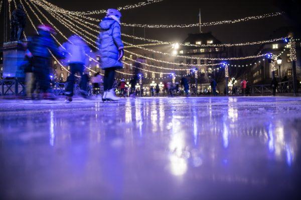 Pista de hielo en el Kungstradgarten Park de Estocolmo
