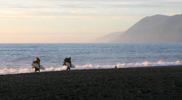Playa de arena negra en California