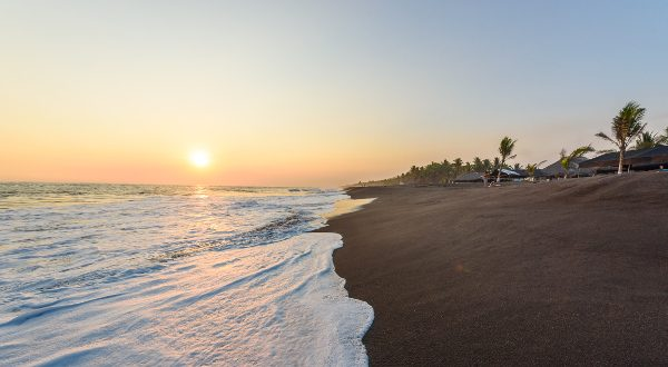 Playa de arena negra en Guatemala