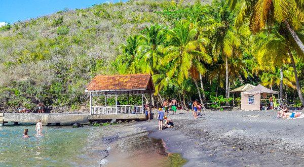 Playa de arena negra en Martinica