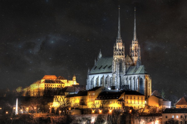 Catedral de Brno de noche