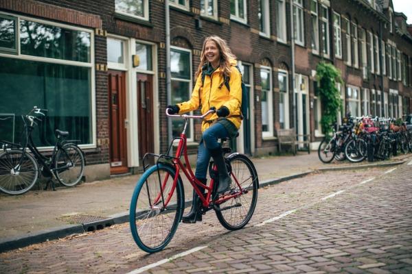 Mujer en bicicleta por Utrecht